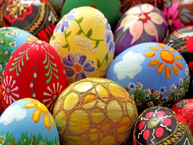 Na Alemanha, os ovos de galinha são pintados e escondidos junto com ovos de chocolate, para que as crianças procurem no domingo de Páscoa.