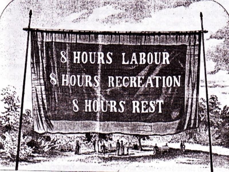 Uma das reivindicações da greve de Chicago em 1886 foi a redução da jornada de trabalho de 13h para 8h diárias. Data do evento foi escolhida como o Dia do Trabalho.