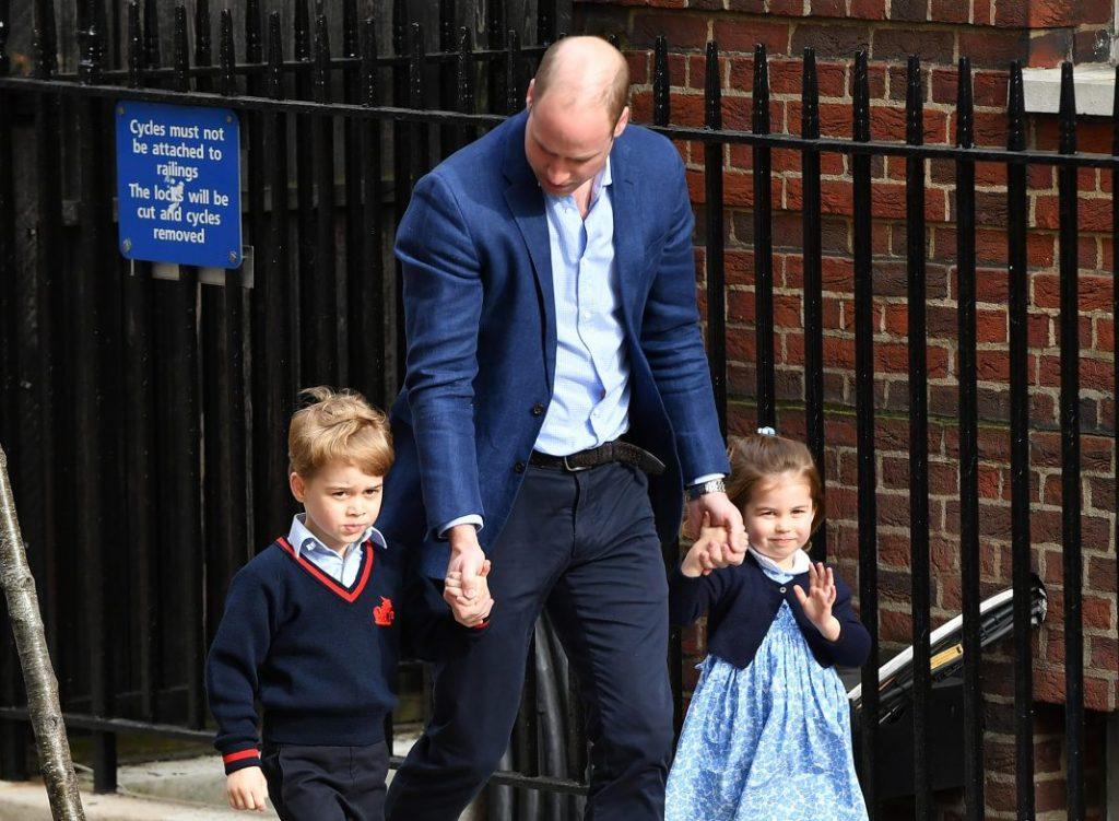 O Ato de Sucessão à Coroa de 2013, assinado por Elizabeth II, determina que a sucessão real deve seguir a ordem de nascimento, independente do gênero.