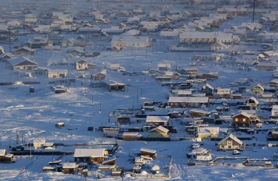 Vista de cima de cidade de Oymyakon, o lugar habitado mais frio do mundo.