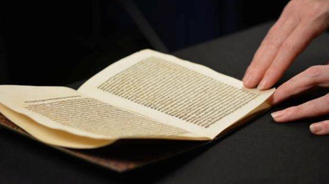 A carta que Cristóvão Colombo escreveu assim que chegou na América, em 1493, foi roubada em 2004 ou 2005 do Museu Nacional da Catalunha.