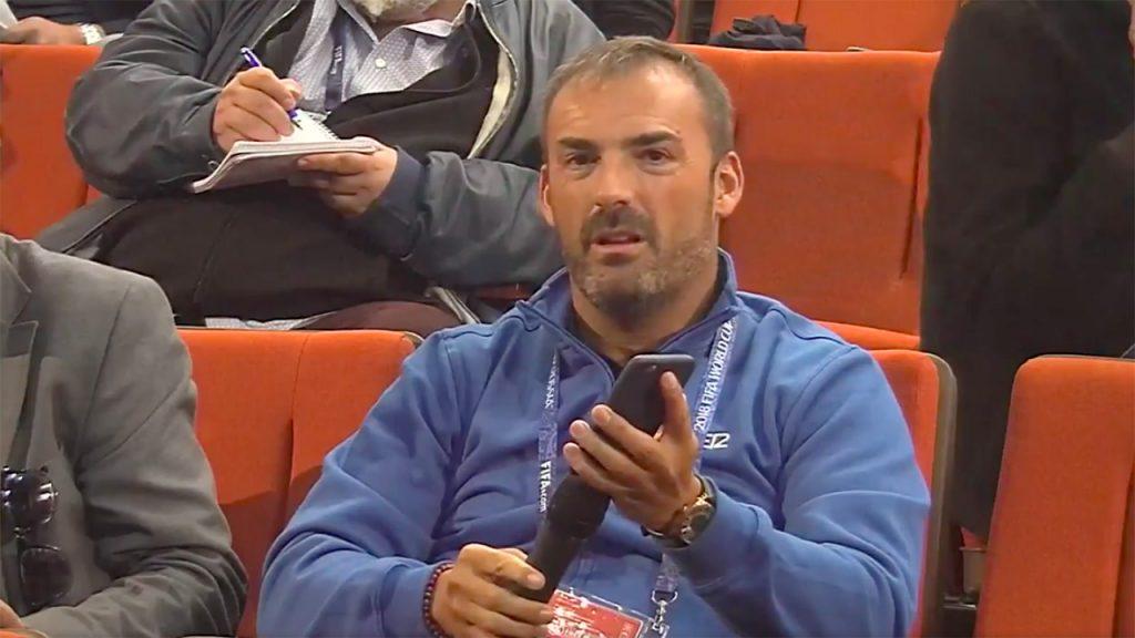 Jornalista espanhol se viu obrigado a improvisar para fazer uma pergunta durante entrevista coletiva da seleção francesa.
