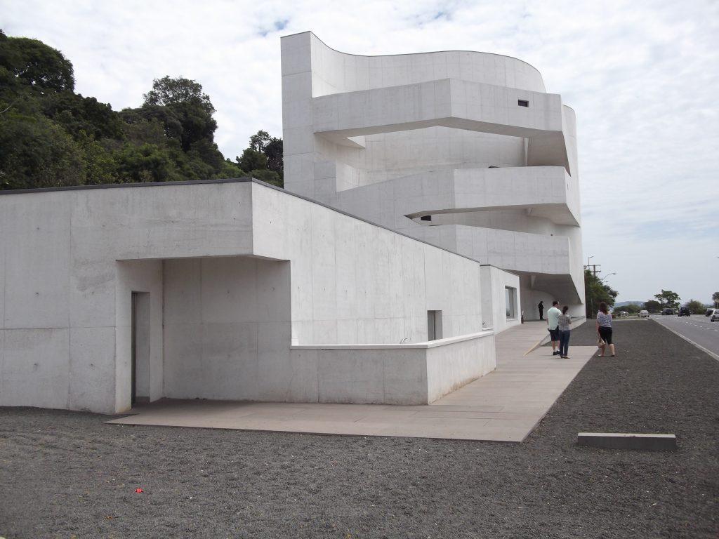 Localizado às margens do Guaíba, na zona sul de Porto Alegre, o atual prédio da Fundação Iberê Camargo completa 10 anos em 2018. A Traduzca é uma das parceiras da instituição.