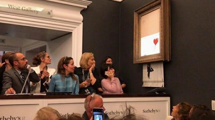 O quadro A Menina Com Balão, de Banksy, foi picotado por um cortador de papel escondido.