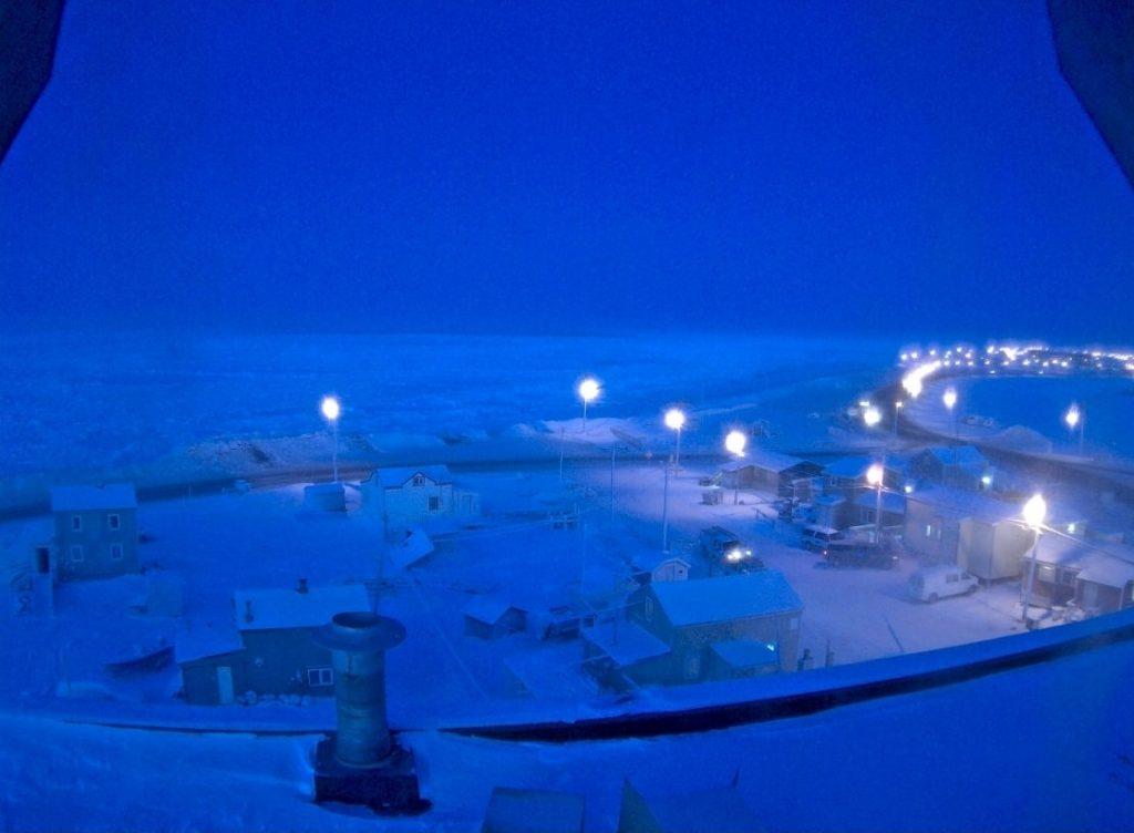 Entre o final de novembro até o fim de janeiro, o sol não nasce ao norte do Alasca, devido à inclinação da Terra longe da luz solar direta.