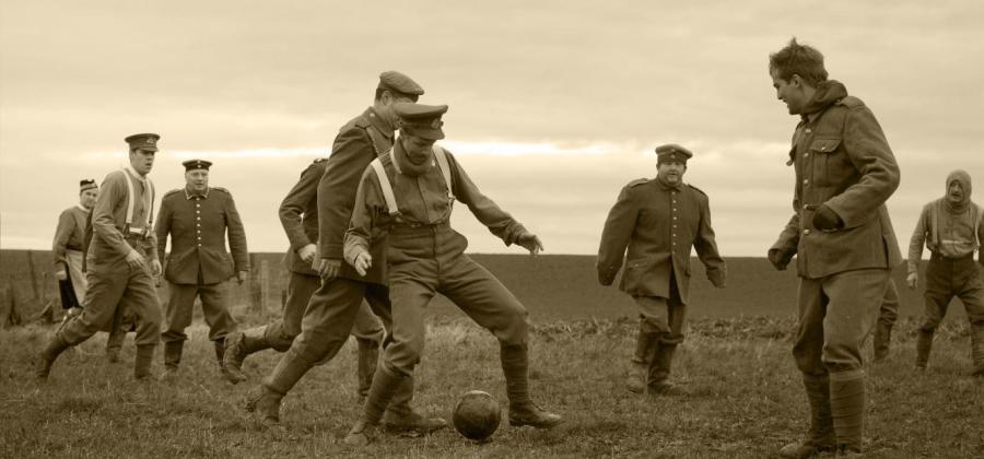 O jogo de futebol, entre ingleses e alemães, disputado em solo francês, parou um dia de confronto na Primeira Guerra Mundial.