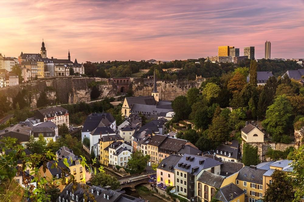 Sofrendo com a densidade populacional, estima-se que a Cidade de Luxemburgo, que tem cerca de 110 mil habitantes, receba diariamente mais de 200 mil pessoas que moram em países vizinhos.