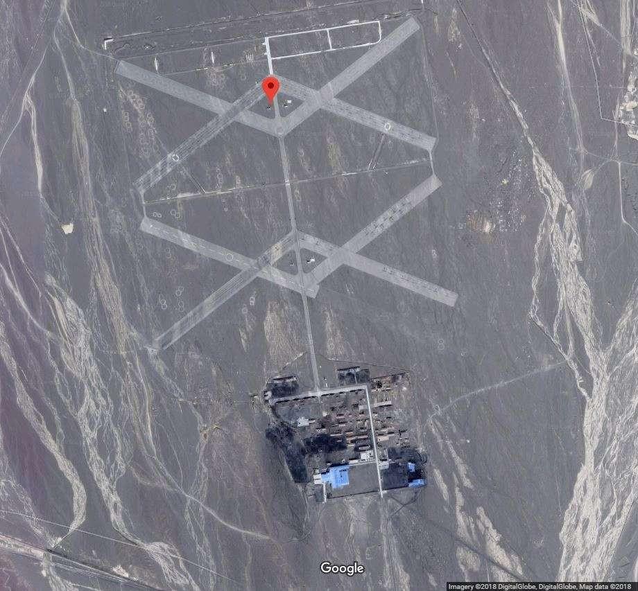 Pelo Google Earth, é possível ver, além das duas faixas asfaltadas que lembram a letra X, pequenas figuras no formato do número 8 desenhadas no chão.