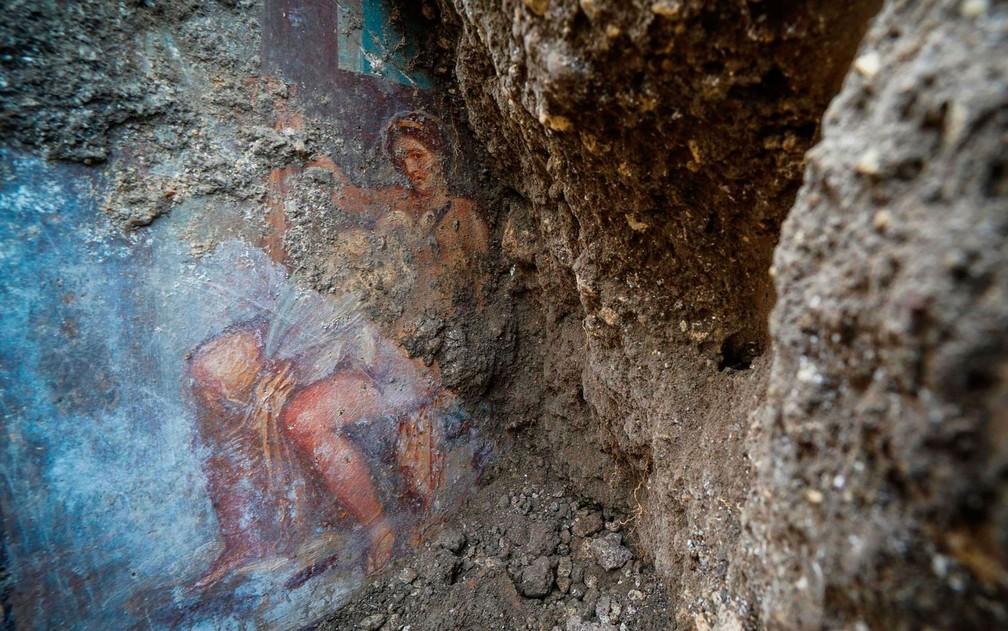 A pintura, encontrada em uma casa soterrada pelas cinzas do vulcão Vesúvio, que destruiu a cidade de Pompéia, na Itália, há mais de 2 mil anos, mostra Leda, despida, tendo em seu colo o cisne com quem geraria os gêmeos Helena e Pólux.