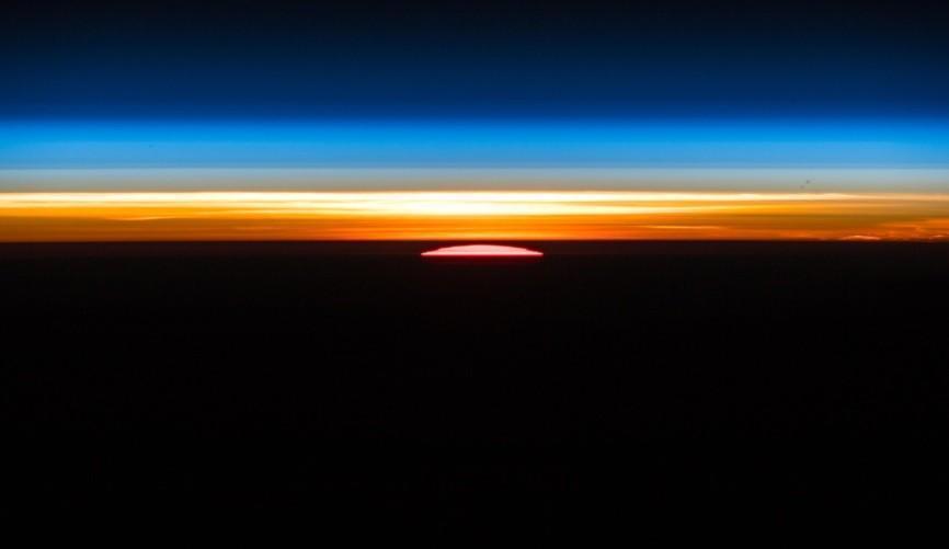 """No Twitter, o astronauta alemão Alexander Gerst disse que """"não há palavras, em nenhum idioma, para descrever a beleza de um nascer do sol orbital""""."""