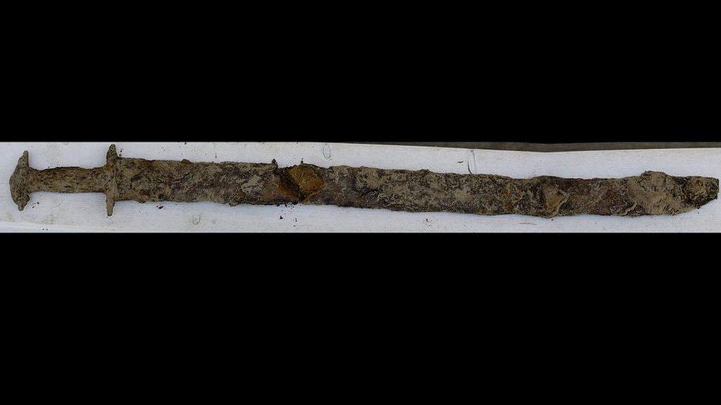 A espada só foi encontrada porque o nível da água estava extremamente baixo na ocasião, devido a uma seca, o que provavelmente explica como a menina encontrou o objeto.