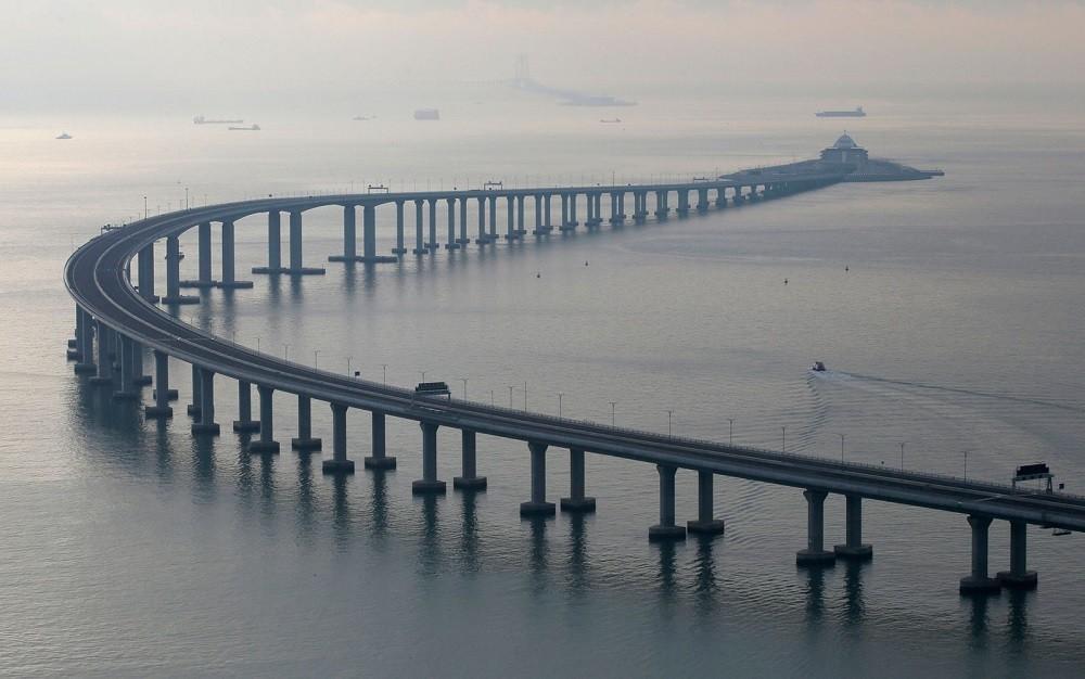 A construção, que liga a China à Macau e Hong Kong, tem 55 quilômetros de extensão, sendo mais de 6 quilômetros de túnel subaquático.