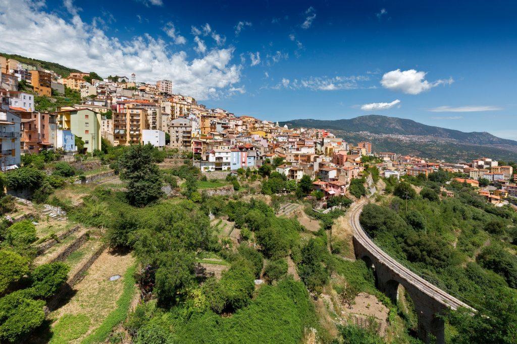 A partir dos anos 60, o vilarejo italiano perdeu cerca de mil habitantes, possuindo hoje pouco mais de 1300 pessoas. Além do problema habitacional, há poucos nascimentos no vilarejo, cerca de seis ao ano.