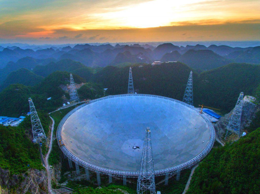 O equipamento chinês, localizado na Cidade da Astronomia de Pingtang, no sul da China, virou um ponto turístico, trazendo problemas para os estudos dos cientistas.