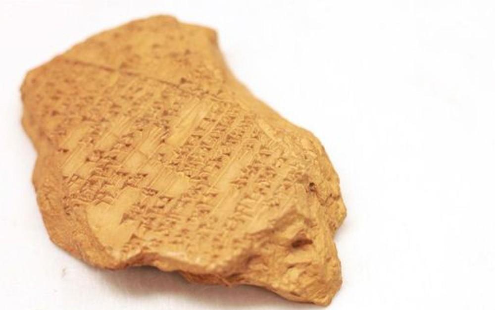 A descoberta da primeira música composta no mundo se deu através de estudos que iniciaram em 1950. Na época, arqueólogos encontraram 29 tabuletas feitas em argila com mais de 3 mil anos, em Ugarit, na Síria.