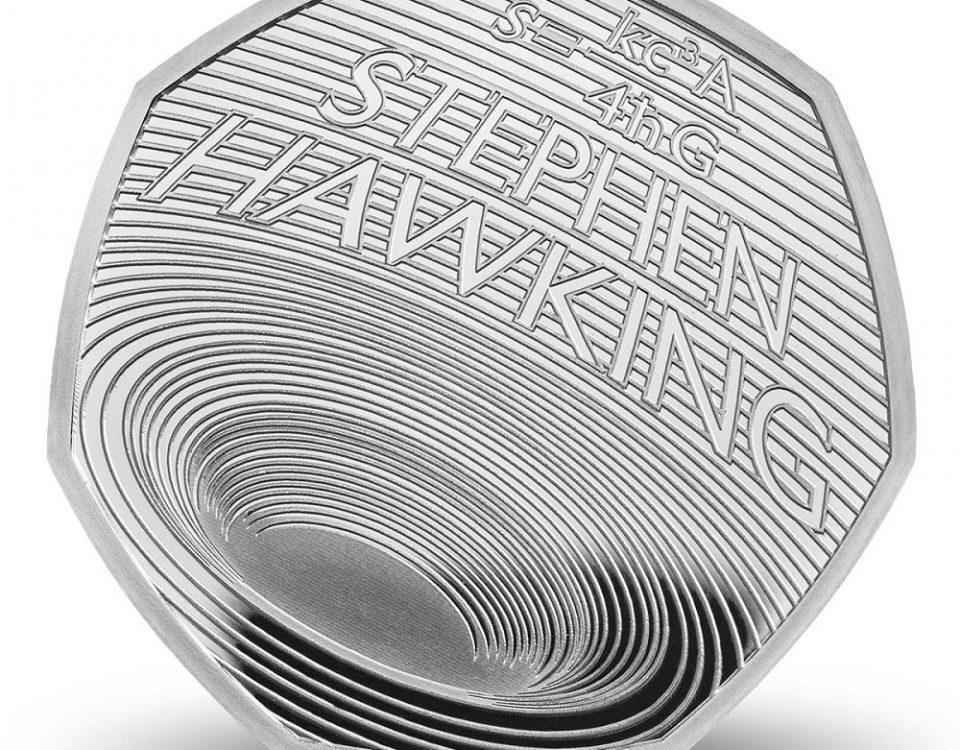 A moeda de 50 centavos de libra esterlina apresenta o nome de Stephen Hawking, um um buraco negro e uma das fórmulas desenvolvidas pelo físico inglês ao longa da carreira.