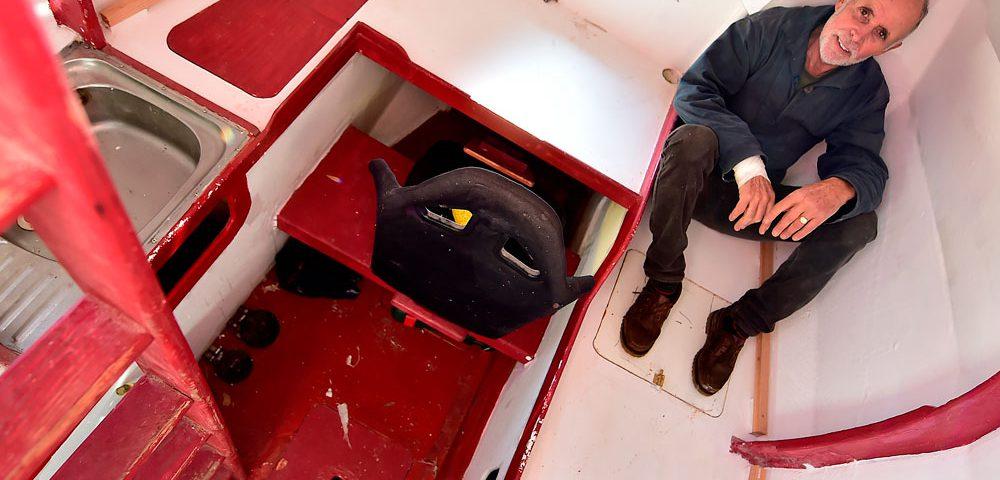 Quem assistiu televisão nos últimos 30 anos conhece a história do Chaves. Uma das séries de TV mais marcantes da história conta o cotidiano de um menino órfão que mora em uma vila dentro de um barril. Agora imagine atravessar o Oceano Atlântico em um objeto similar ao usado como moradia pelo clássico personagem. Foi o desafio encarado e concluído pelo francês Jean-Jacques Savin, de 72 anos, na última quinta-feira, dia 9 de maio, após quatro meses de viagem pelo mar.