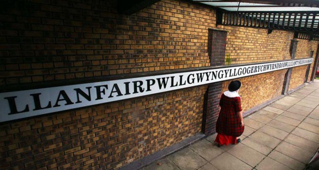 Llanfairpwllgwyngyllgogerychwyrndrobwllllantysiliogogogoch, no País de Gales, tem o maior nome do mundo.