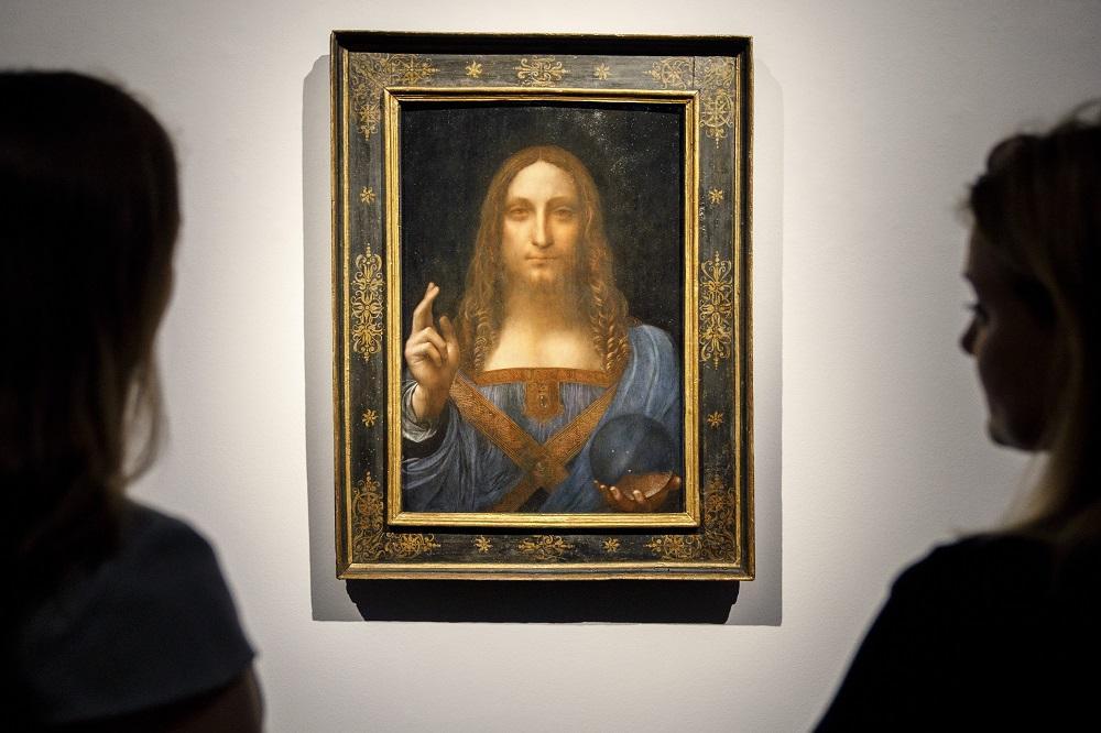 As dúvidas surgiram pelas roupas que Leonardo da Vinci pintou através da esfera, que não são distorcidas ou ampliadas.