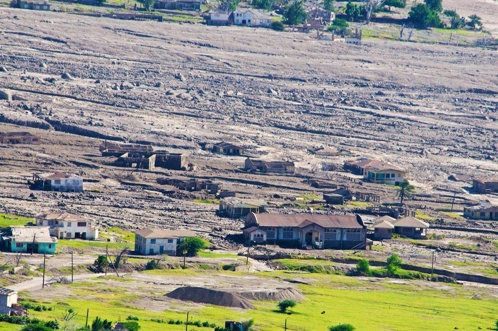 Construída perto do então inativo vulcão Soufrière Hills, a cidade de Plymouth foi a primeira colônia europeia no território caribenho.