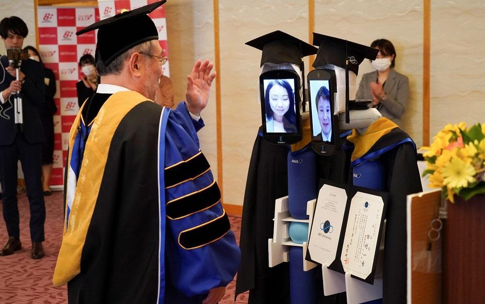 Uma cerimônia virtual também foi realizada pela universidade de administração Business Breakthrough University, em Tóquio.