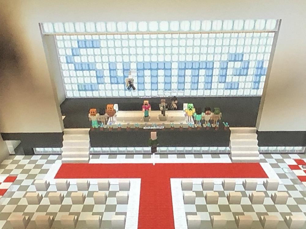 Com a ajuda do Minecraft, um jogo eletrônico onde é possível construir praticamente qualquer coisa online, os alunos realizaram a cerimônia de formatura virtual nos mínimos detalhes, com auditório, orador, discursos e entrega de diplomas.