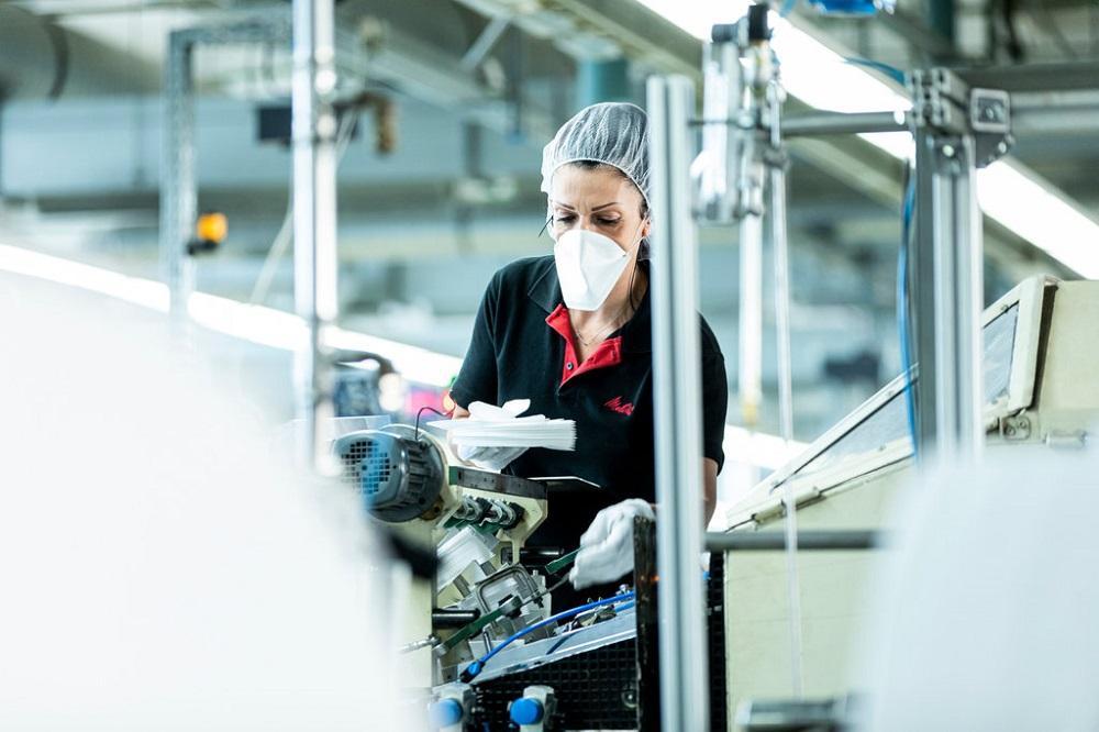 Foi aí que umas das maiores indústrias alemãs resolveu reinventar um de seus principais produtos e produzir máscaras de produção a partir de filtros de papel para café.