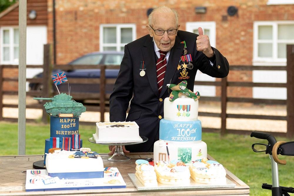O inglês também foi nomeado primeiro coronel honorário do Army Foundation College, cuja sede está localizada perto da cidade onde cresceu, com aprovação da rainha Elizabeth II. Durante sua festa de aniversário, aeronaves históricas da 2ª Guerra Mundial realizaram um sobrevoo acima de sua casa.