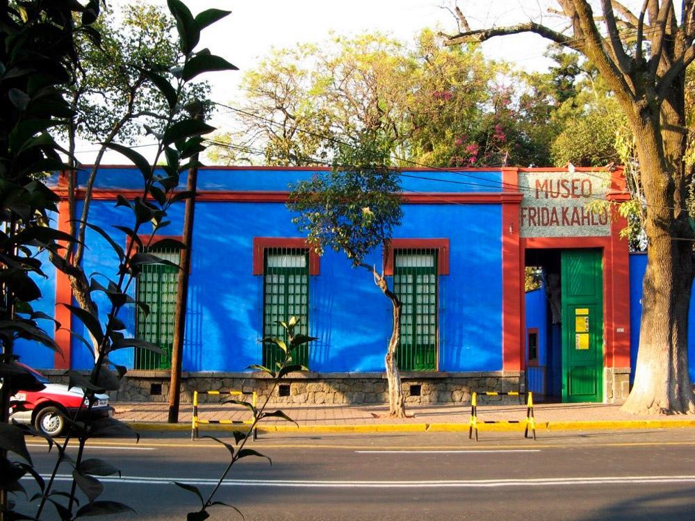 O museu em homenagem a Frida Khalo foi construído no mesmo prédio onde a artista latino-americana mais renomada do mundo nasceu, viveu e deu seu último suspiro. O espaço, chamado La Casa Azul, conta a trajetória da artista e guarda obras de arte e peças pré-hispânicas que ajudam a contextualizar os povos e culturas mexicanas.