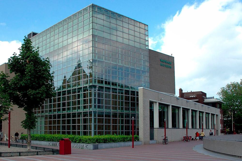 Com o maior acervo do mundo do artista neerlandês Vincent van Gogh, o espaço administra uma coleção permanente com mais de 200 pinturas, 500 desenhos e 750 cartas. Além da exposição fixa, o espaço também dispõe de espaços dedicados à história da arte do século XIX.