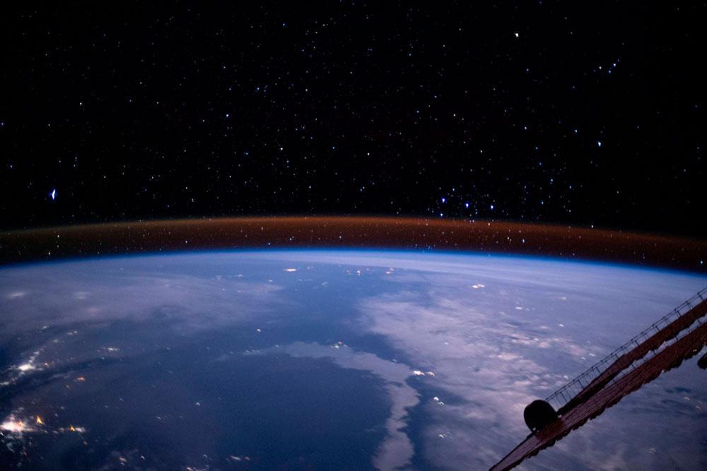 """Com o slogan """"let NASA bring the universe into your home"""" (""""deixe a NASA trazer o universo para sua casa"""", na tradução para o português), documentos e tutoriais oficiais da agência espacial norte-americana também estão disponíveis para visualização, tudo para que você se sinta como uma astronauta."""
