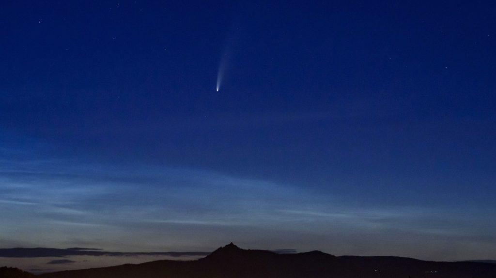 Mesmo que o ponto máximo de aproximação entre o cometa e a Terra tenha acontecido na madrugada da última quinta-feira, dia 23 de julho, quando estava a 103,5 milhões de quilômetros de distância do nosso planeta, ainda é possível observar a passagem do cometa, que deve acontecer novamente, segundo estudos, daqui 6.765 anos.