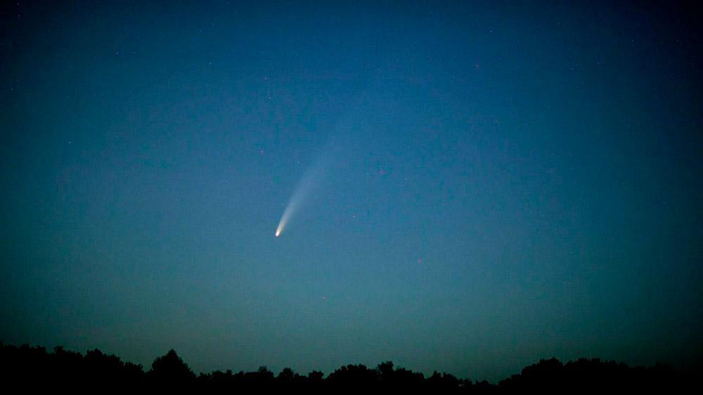 Identificado em março deste ano, é possível observar o cometa Neowise até o dia 30 de julho, logo no início da noite, a partir das 18h30. Pela nossa visão, os cometas parecem estar parados, pois não cruzam o céu deixando um rastro de luz, ao contrário dos meteoritos que caem na Terra.