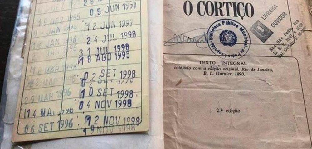 O Cortiço, de Aluísio Azevedo, é um clássico da literatura brasileira. Publicado em 1890, o romance fala sobre as péssimas condições de vida dos moradores dos cortiços cariocas do final do século XIX. O proprietário do cortiço da história, João Romão, também é dono de uma pedreira e de uma venda. E foi numa venda, em 2020, que o livro desaparecido foi encontrado depois de duas décadas.