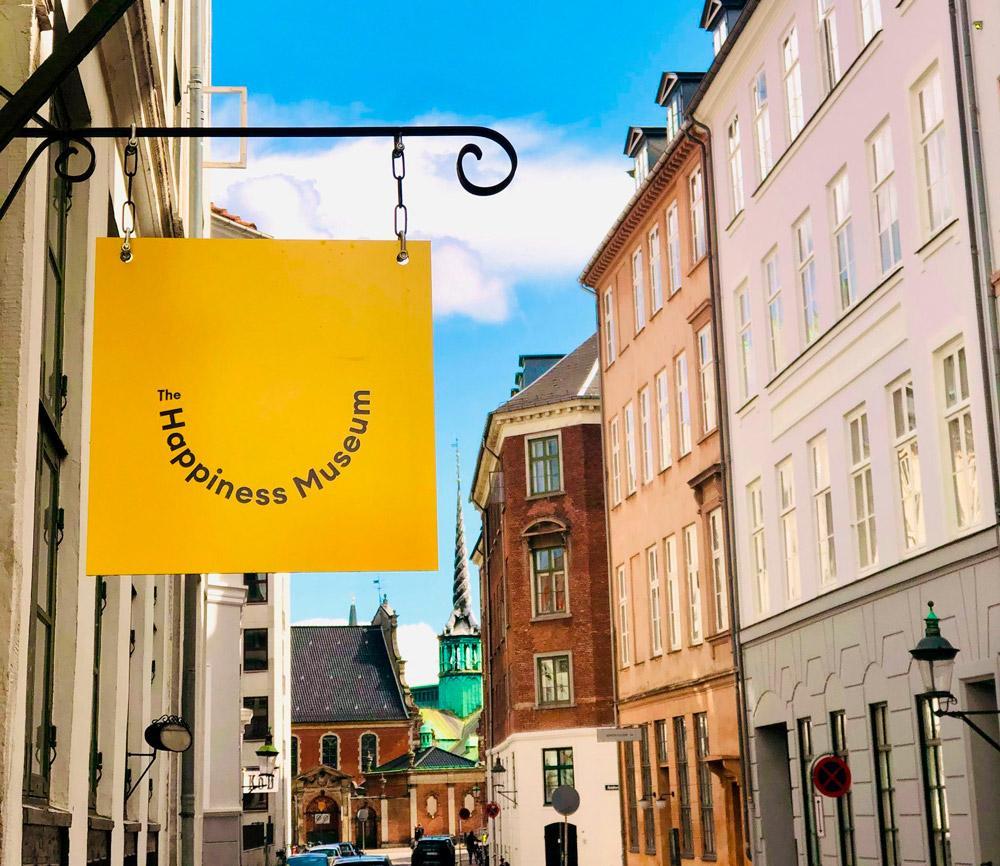 """Um museu destinado à felicidade. Essa é a proposta do novo espaço inaugurado no último dia 14 de julho em Copenhague, capital da Dinamarca. O país europeu sempre aparece nas primeiras posições em rankings de nações mais felizes do mundo e agora dedica um lugar exclusivo para divulgar o """"segredo"""" do país para ser tão alegre."""