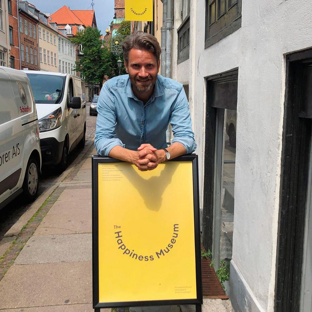 """Meik Wiking, que também é diretor de uma entidade que pesquisa a felicidade na Dinamarca, disse em entrevista à Folha que """"quando as pessoas ouviam sobre nosso trabalho, elas costumavam pensar que sentávamos com cachorros, tomávamos chocolate quente e ficávamos confortáveis o dia todo"""", acrescentando que o museu foi criado """"para que as pessoas entendam mais sobre a questão""""."""