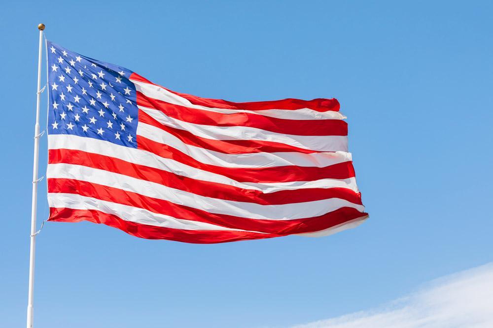 Poucas pessoas sabem, mas é possível que brasileiros solicitem a cidadania norte-americana. Para isso, é preciso seguir alguns passos e estar ciente de tudo que isso envolve. De acordo com a Constituição do Estados Unidos, o cidadão norte-americano não pode ter duas cidadanias, como acontece no Brasil, sendo obrigado a abrir mão de uma ou outra. Hoje apresentamos todos os requisitos necessários para quem desejar iniciar o processo.