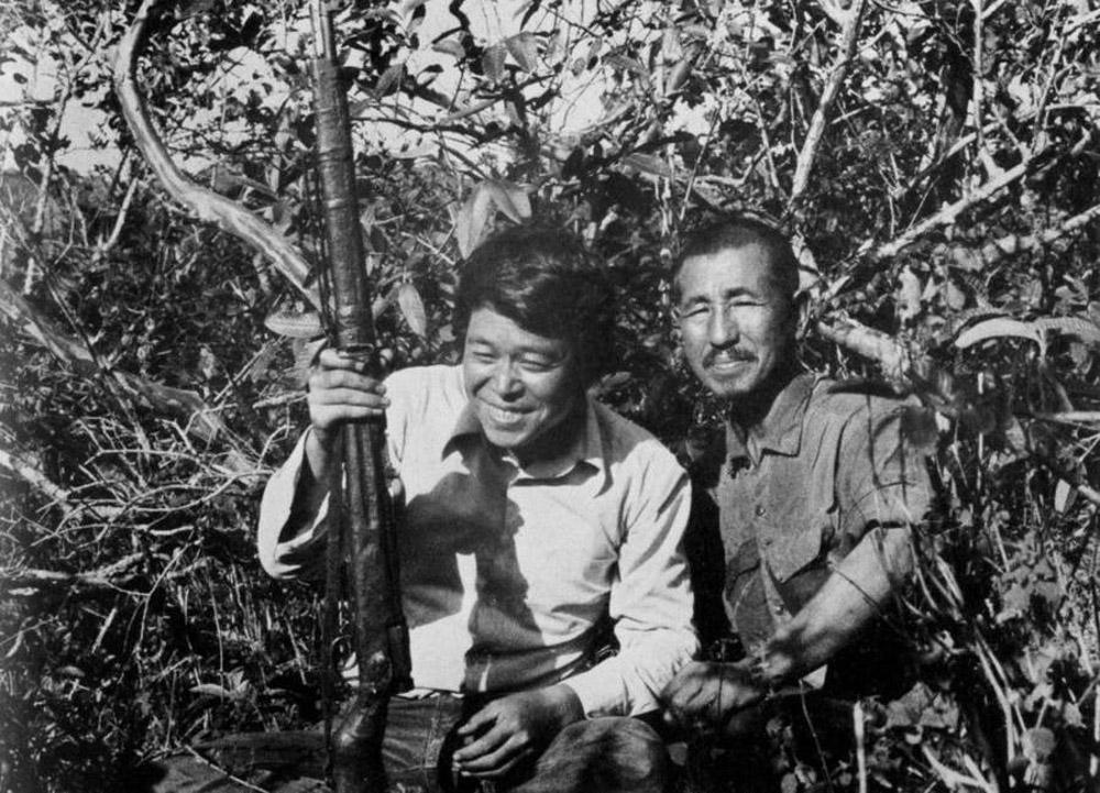 """Neste momento, todos no Japão conheciam a história de Hiroo Onoda e acompanhavam todas as notícias a seu respeito. Em 1974, o aventureiro japonês Norio Suzuki decidiu dar uma volta ao mundo com o objetivo de ver """"o tenente Onoda, um panda e o Abominável Homem das Neves, nessa ordem"""". Ele viajou para as Filipinas e encontrou Hiroo Onoda na mata da ilha de Lubang, onde desembarcou 29 anos antes. Conversando com o velho soldado, o japonês descobriu que ele só se renderia se fosse dispensado por um oficial superior."""