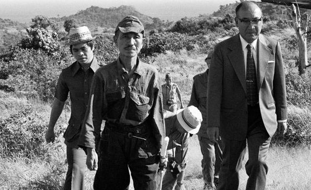 Hiroo Onoda foi um bravo soldado japonês. Descendente de uma longa família de guerreiros, ele se alistou no Exército Imperial do Japão aos 18 anos, um ano antes de seu país entrar em guerra contra os Estados Unidos após o ataque a Pearl Harbor. Designado para defender seu país, lutou na II Guerra Mundial até 9 de março de 1974, 29 anos após o fim do conflito.