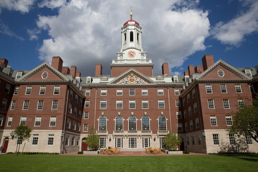 Desenvolvido pelo professor David Malan, o CS50 é um curso introdutório à Ciência da Computação da Universidade de Harvard, que tem como público-alvo pessoas com interesse na área, mas sem conhecimento prévio do assunto.