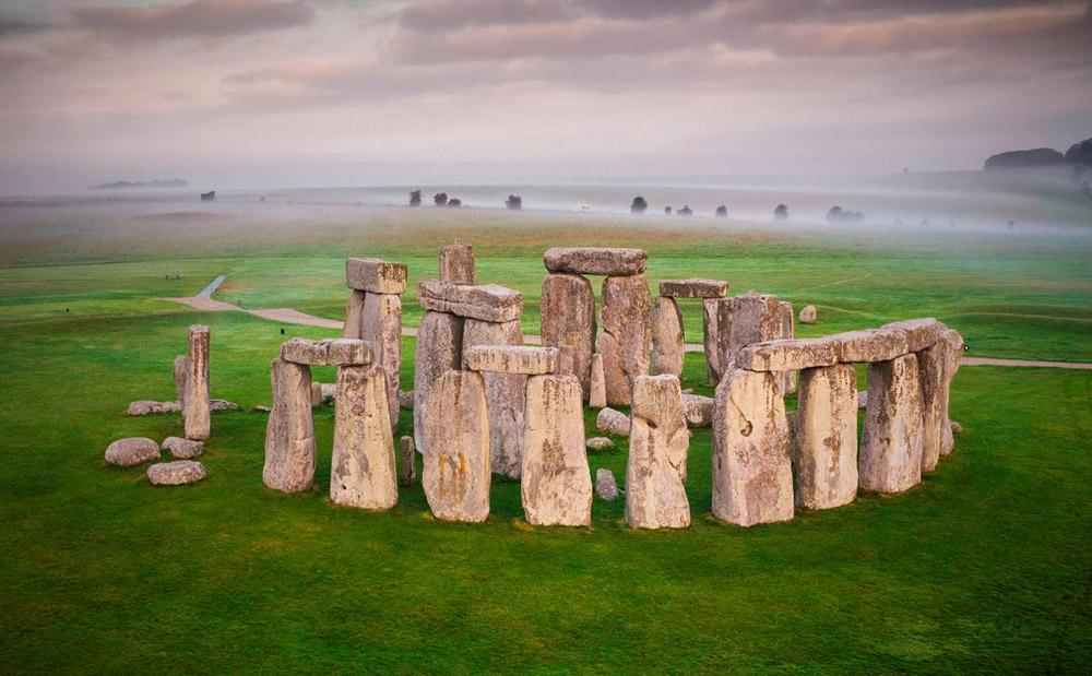 """Apesar da descoberta da origem dos megalíticos, ainda não se sabe como eles chegaram até o local. No estudo publicado, Nash afirma que """"como eles foram levados para o local ainda é objeto de especulação. Dado o tamanho das pedras, elas devem ter sido arrastadas ou transportadas em rodas para Stonehenge. Não sabemos a rota exata, mas agora pelo menos temos um ponto de partida e um ponto final"""", completa."""