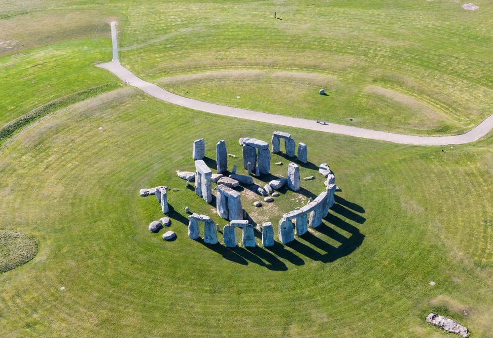 """Segundo o geomorfólogo David Nash, da Universidade de Brighton, que liderou a pesquisa, """"as pedras sarsen compõem o icônico círculo externo e a ferradura central de trilithon (duas pedras verticais que sustentam uma pedra horizontal) em Stonehenge. São enormes"""". As pedras sarsen tem origem semelhante a outras pedras de um local chamado West Woods, a aproximadamente 25 km de distância do local onde o monumento foi erguido."""