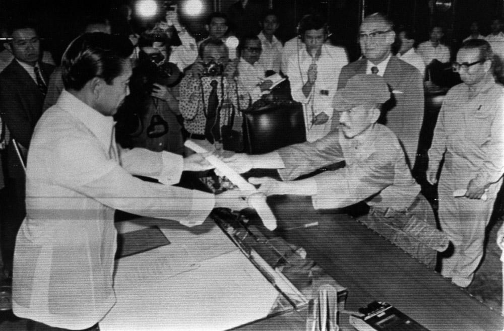 Assim que recebeu a ordem, entregou sua espada e seu rifle de ferrolho Arisaka, a arma padrão do Exército japonês, que conservava em perfeito estado, e saudou a bandeira de seu país. Em outra cerimônia, apresentou sua espada ao presidente das Filipinas em um ato de rendição e foi perdoado por seus crimes contra o Estado.
