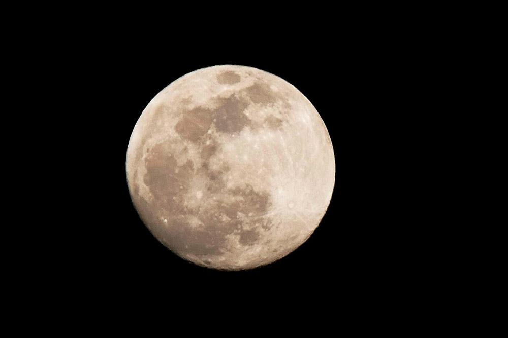 O anúncio da descoberta é uma parceria entre a agência espacial norte-americana com universidades dos Estados Unidos. Segundo os cientistas envolvidos na pesquisa, que utilizou amostras lunares trazidas à Terra pelas missões Apollo, a oxidação do ferro na Lua tem interferência direta do oxigênio da Terra, pois nosso satélite natural não tem atmosfera.