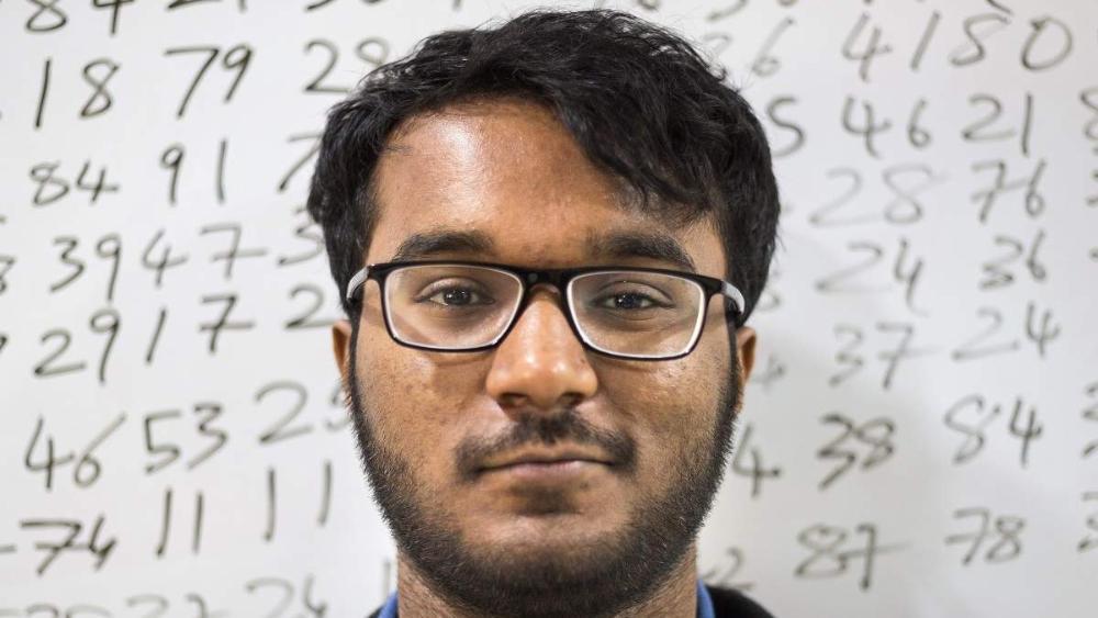 """Mas a relação de Prakash com a matemática nem sempre foi assim. O indiano sofreu um acidente quando tinha apenas cinco anos de idade e os médicos informaram sua família que ele teria o risco de desenvolver problemas cognitivos com o tempo. Então, passou a fazer """"cálculos matemáticos mentais para sobreviver, para manter meu cérebro ativo"""", disse à emissora de rádio britânica."""