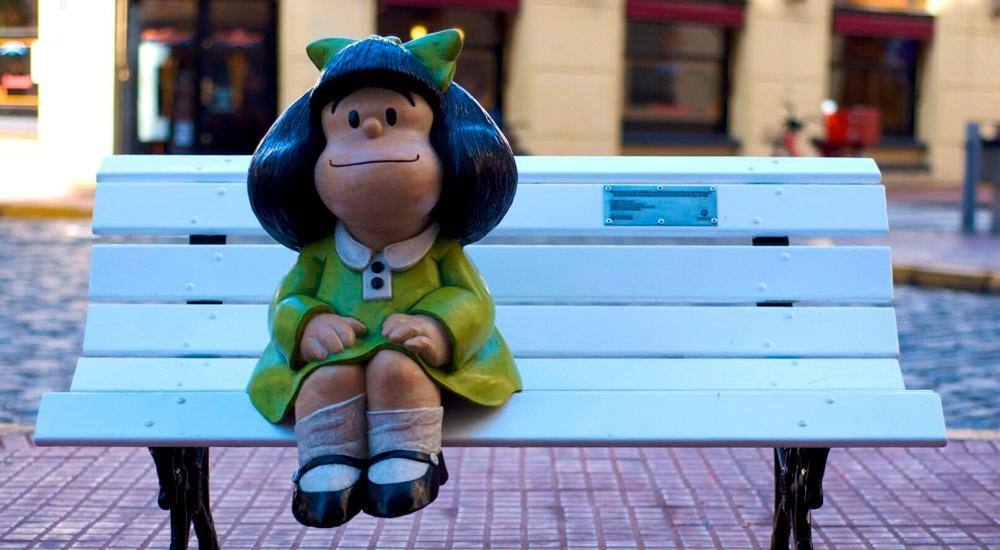 Conhecida por refletir sobre economia e os problemas do mundo, a primeira aparição de Mafalda foi em um anúncio de eletrodomésticos, em 1963. A intenção era criar uma família de personagens, com todos os nomes começando com a letra M, para divulgar a nova linha de produtos para casa em uma tira de jornal. A campanha publicitária, porém, nunca foi lançada e os desenhos ficaram guardados com o argentino. Meses depois, Quino foi convidado para publicar uma tirinha em um jornal e foi aí que Mafalda foi apresentada ao público.